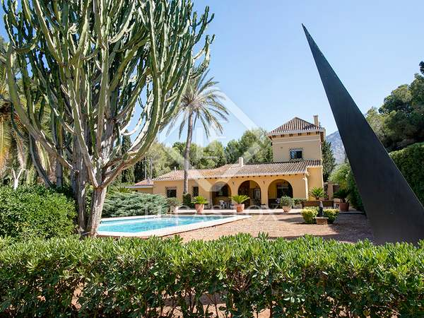 262m² House / Villa with 1,700m² garden for sale in Dénia