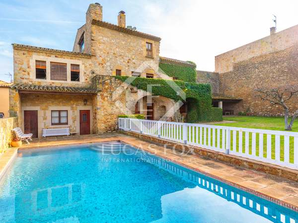 755m² Country house with 415m² garden for sale in Baix Empordà