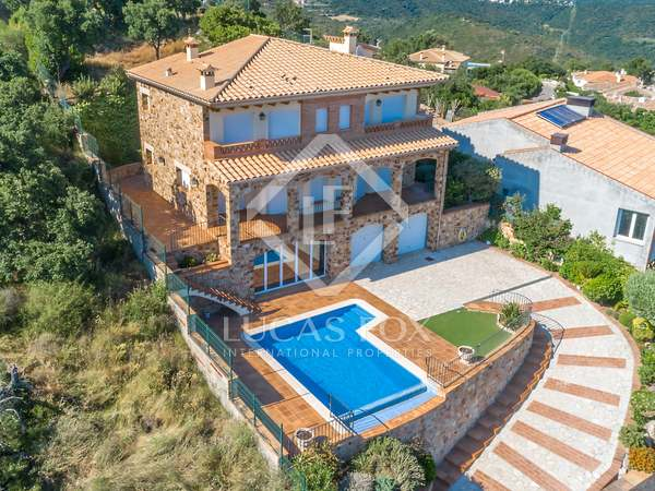 South-facing villa with sea views to buy on the Costa Brava