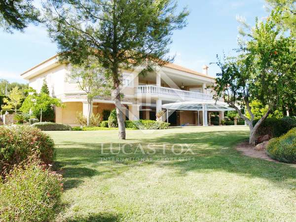 Huge 6-bedroom villa with a pool for sale in Monasterios