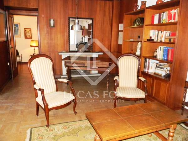 Apartment to buy and renovate on calle Jacinto Benavente