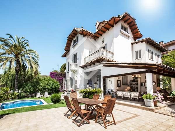 Casa modernista de 3 plantas en venta en Llavaneras