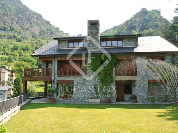 Spacious chalet for sale in prestigious Escaldes development