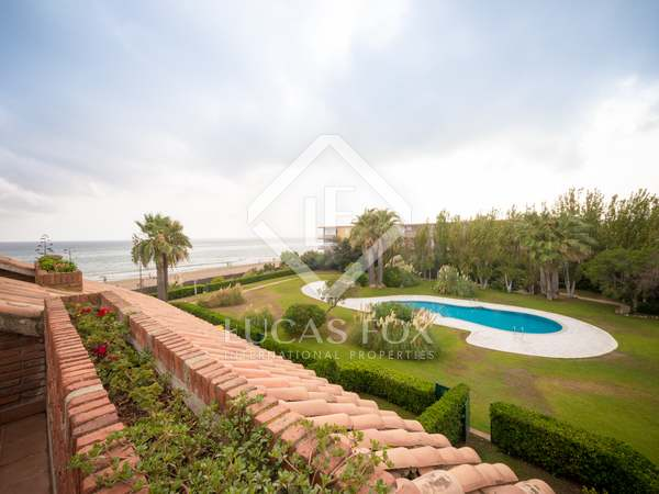276m² House / Villa with 62m² garden for rent in Gavà Mar