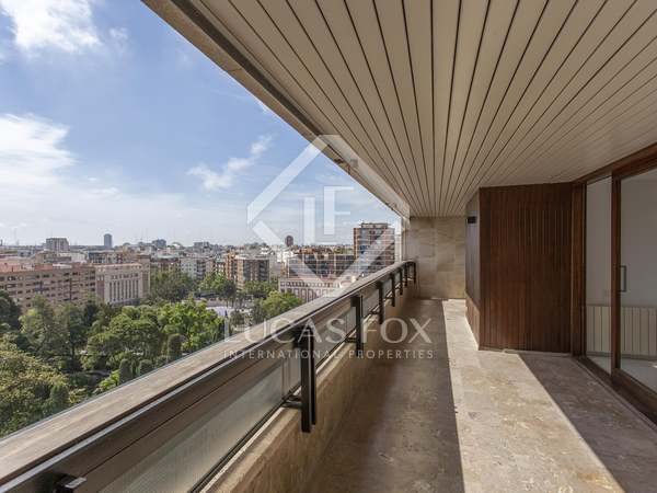 Ático de 335m² con 30m² terraza en venta en El Pla del Real