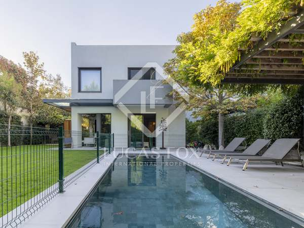 322m² house / villa with 400m² garden for sale in Aravaca