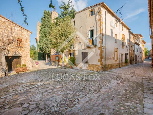 Spacious townhouse with great potential for sale in Girona