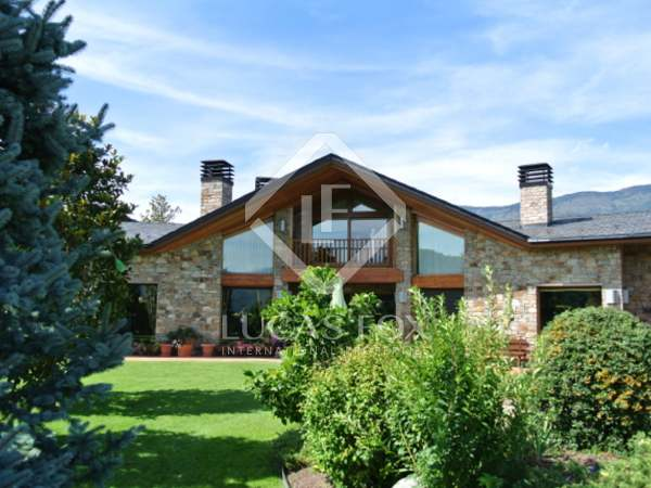 Chalet for sale in the Aravell golf resort near Andorra