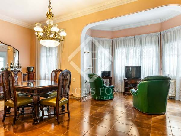 523m² House / Villa with 74m² garden for sale in Poble Sec