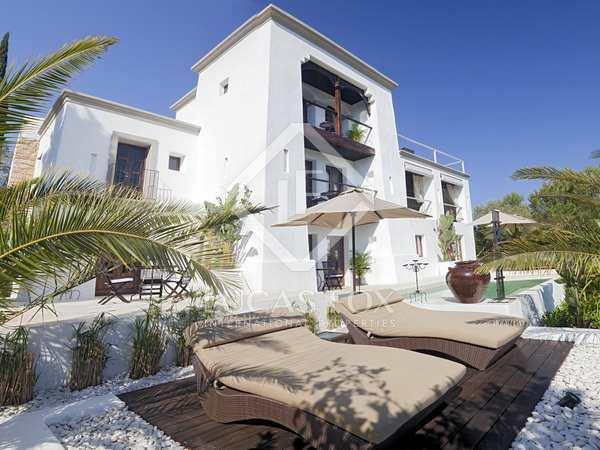 Propiedad moderna ibicenco en Ibiza con vistas al campo