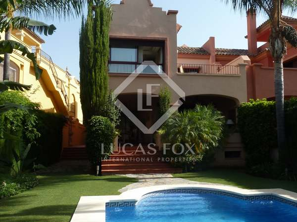 Luxury 6-bedroom villa for sale in Nueva Andalucia