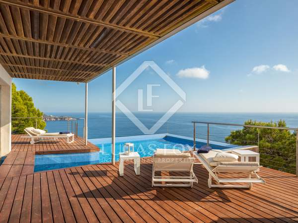 Modern 4-bedroom clifftop villa for sale on the Costa Brava