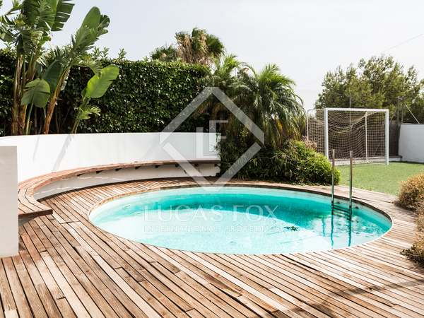 Modern 4-bedroom villa with a pool to rent in Monasterios