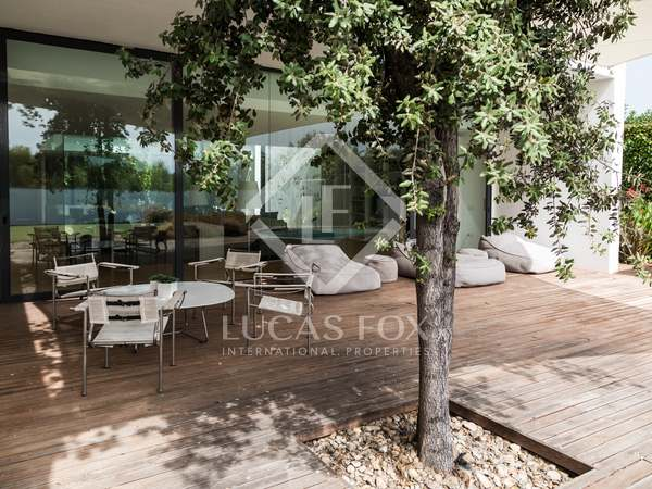 Modern 4-bedroom villa with a pool for sale in Monasterios