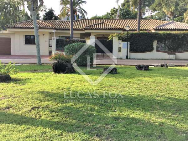 270m² House / Villa for sale in New Golden Mile