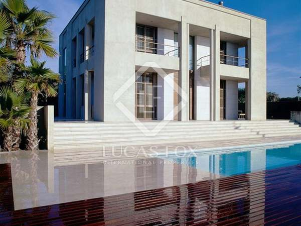 591m² House / Villa with 800m² garden for rent in Gavà Mar