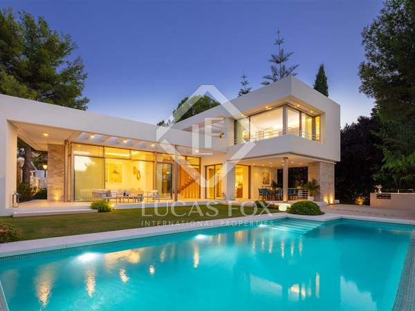 295m² House / Villa with 257m² garden for sale in Nueva Andalucía