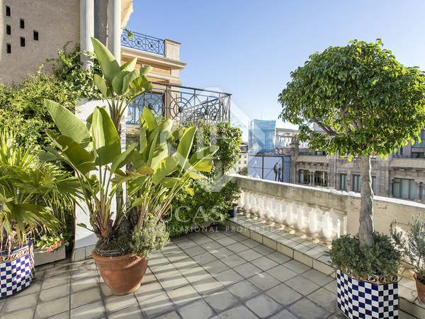 Penthouse with 40 m² terrace for rent in Eixample Left