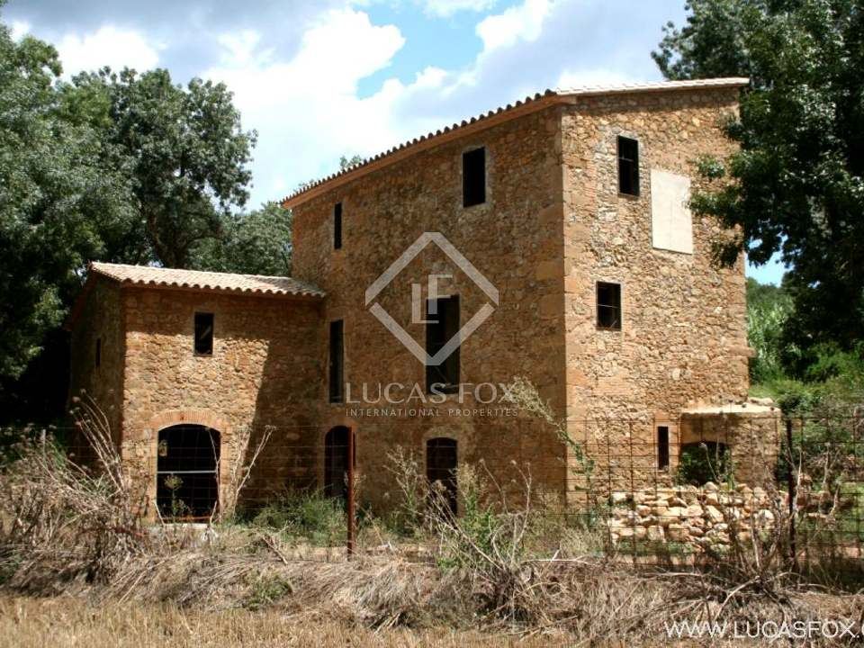 Lovely semi-restored millhouse to buy near La Bisbal d'Emporda in the Baix Emporda, Girona. 7ha of private land.