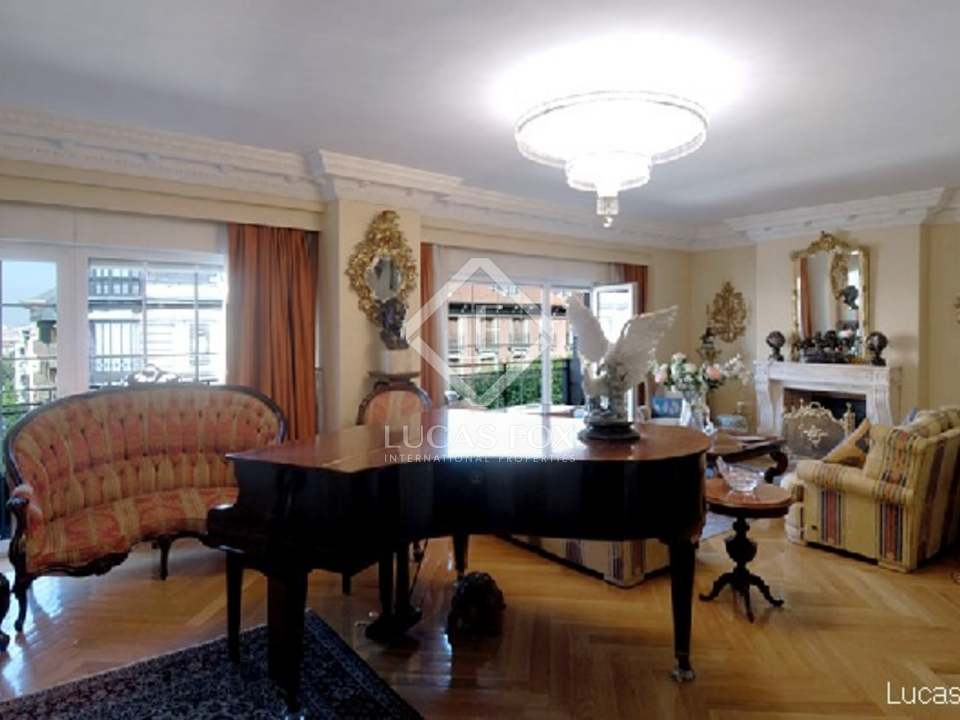 Fantastic de luxe property for sale in the best road of Barrio Salamanca in Madrid city. This spacious apartment to buy has a quality finish and car parking