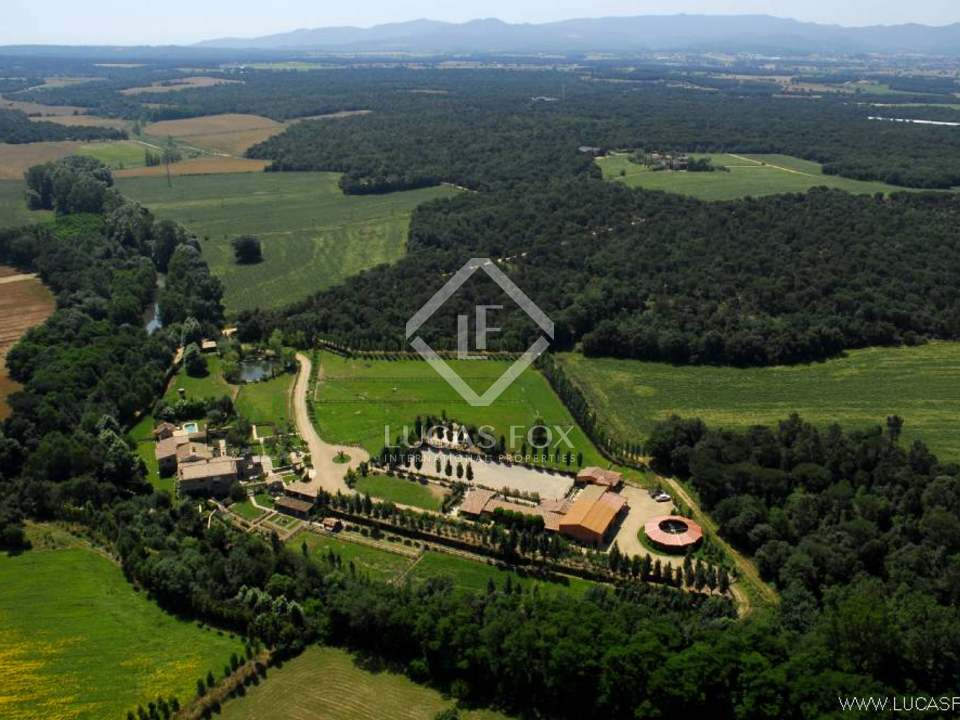 Luxury country property to buy near Girona and the Costa Brava with exceptional equestrian facilities and 17.5 ha of private land