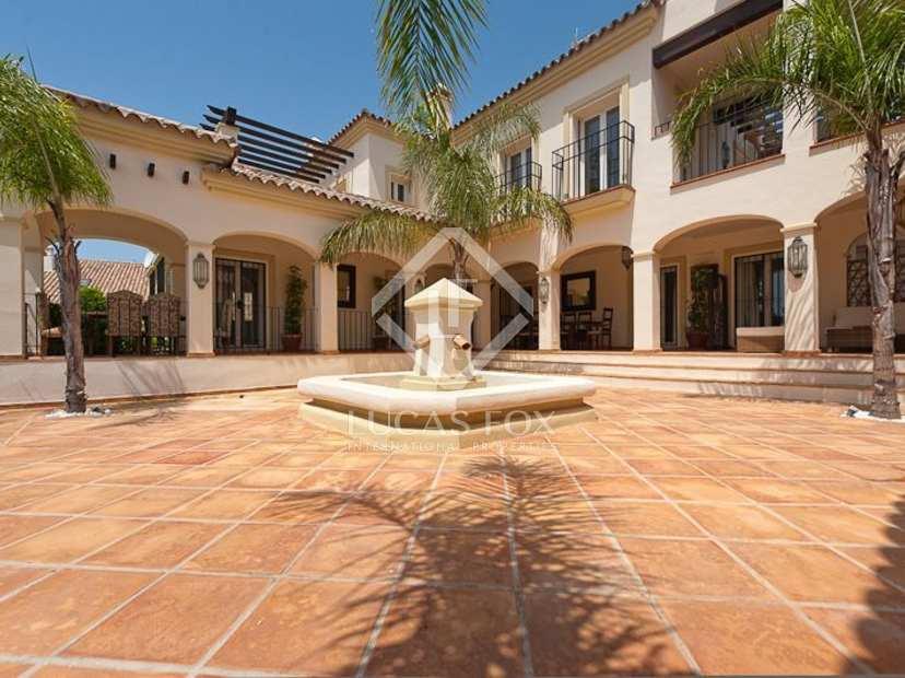Baños Estilo Andaluz: estilo andaluz Cuenta con una hermosa piscina, alojamiento para