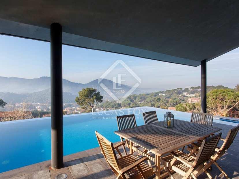 Maison de design nouvellement construite pourvue d'une piscine à débordement