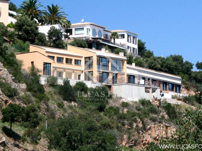 5-bedroom luxury new-build Costa Brava house to buy with superb, panoramic sea views. 10-minutes from Playa de Aro and S'Agaro beaches.