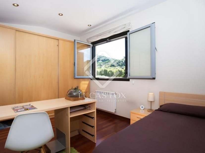 Casa moderna de 4 dormitorios con piscina en venta en for Casa moderna 4 dormitorios