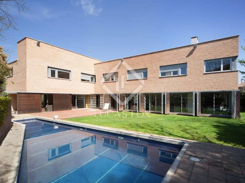 Fantastique maison de design à louer dans la désirable localité de ...