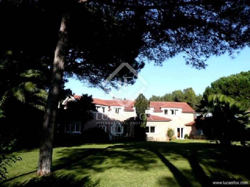 High quality 8 bedroom villa for sale in Cascais with view of Quinta da Marinha golf course.