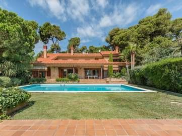 Unique property for sale in prestigious Torre Valentina area